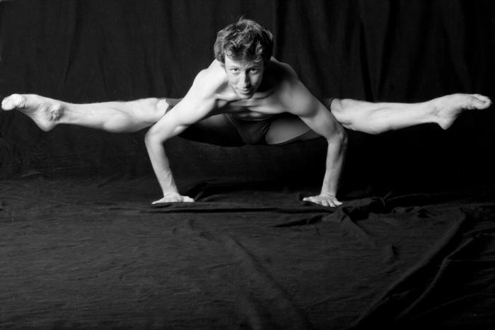 2011-Autumn-Oregon-Artist-Portland-Oreagon-Ballet-Theatre-Lucas-Threefoot-splitz-over-arms