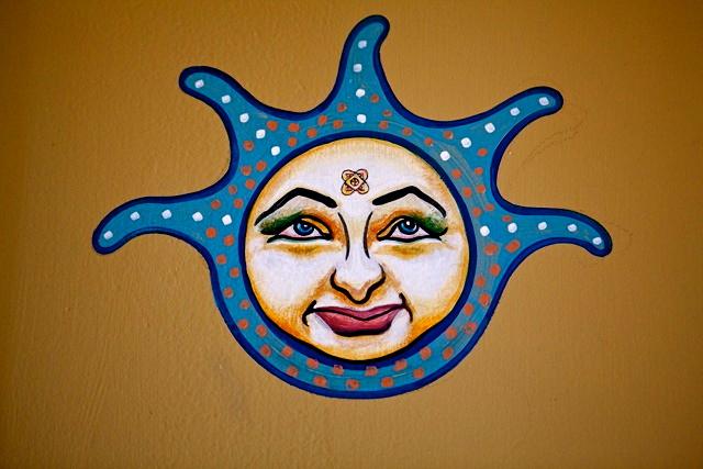 2012-Oregon-Artist-McMenamins-mural-of-a-jester-face-by-muralist-Myrna-Yoder-art