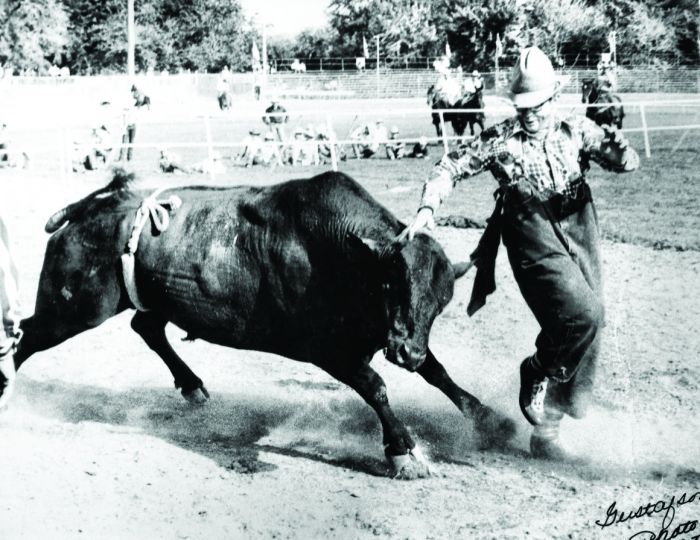 july-august-2012-1859-eastern-oregon-pendleton-rodeo-history-george-doak-rodeo-clown-avoiding-bull-pendleton-round-up
