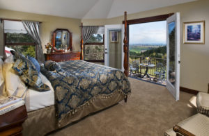 1859-explore-supplier-willamette-valley-mcminnville-youngberg-hill-martini-suite-bed-and-balcony