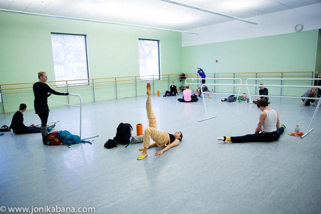 2013-may-june-1859-magazine-oregon-ballerina-grace-shibley-joni-kabana-gallery-group-stretching